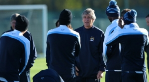 Manuel-Pellegrini-the-coach-of-Manchester-City-talks-with-his-players