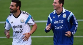 451276590-ezequiel-lavezzi-and-lionel-messi-of-argentina-run.jpg.CROP.promo-mediumlarge