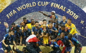 Frances-Hugo-Lloris-lifts-the-trophy-as-they-celebrate-winning-the-World-Cup